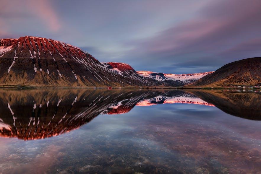วิวภูเขาที่ฟยอร์ดทางตะวันตกของประเทศไอซ์แลนด์