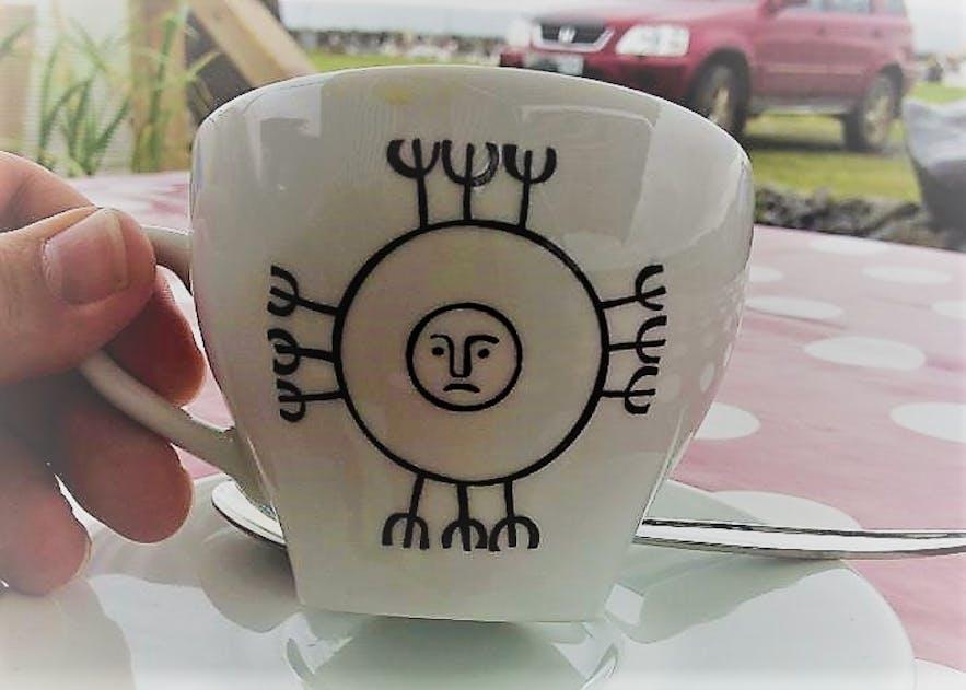 おまじないが書かれたコーヒーカップ