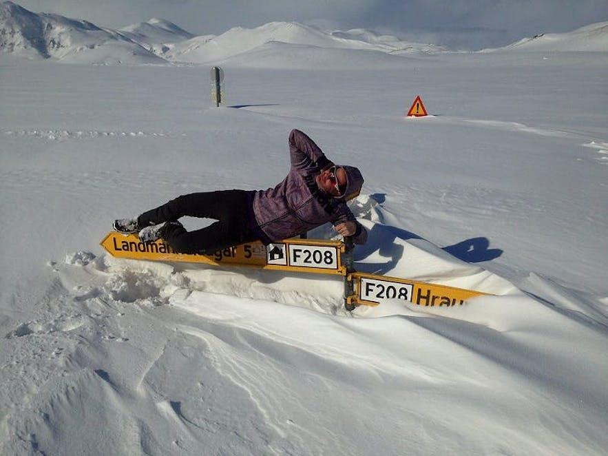 Routes couvertes de neiges dans les hautes terres islandaises
