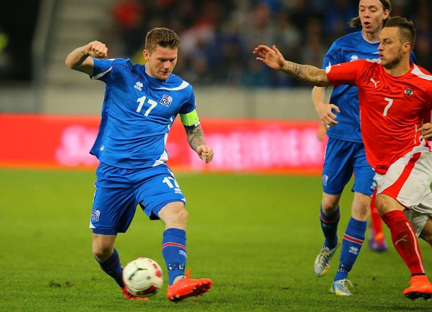 Island gegen Österreich: UEFA-EM 2016: Teamkapitän Aron Gunnarsson hat den Ball.