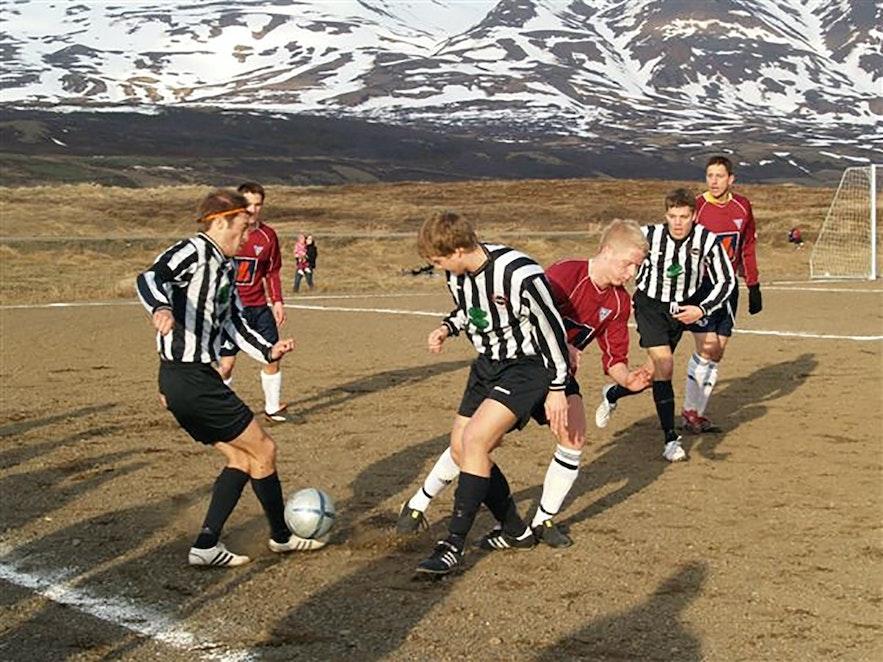 Die überwiegende Mehrzahl der Spielfelder in Island bestanden früher aus Torf und Kies. Heute ermöglichen Fußballhallen ganzjähriges Training.
