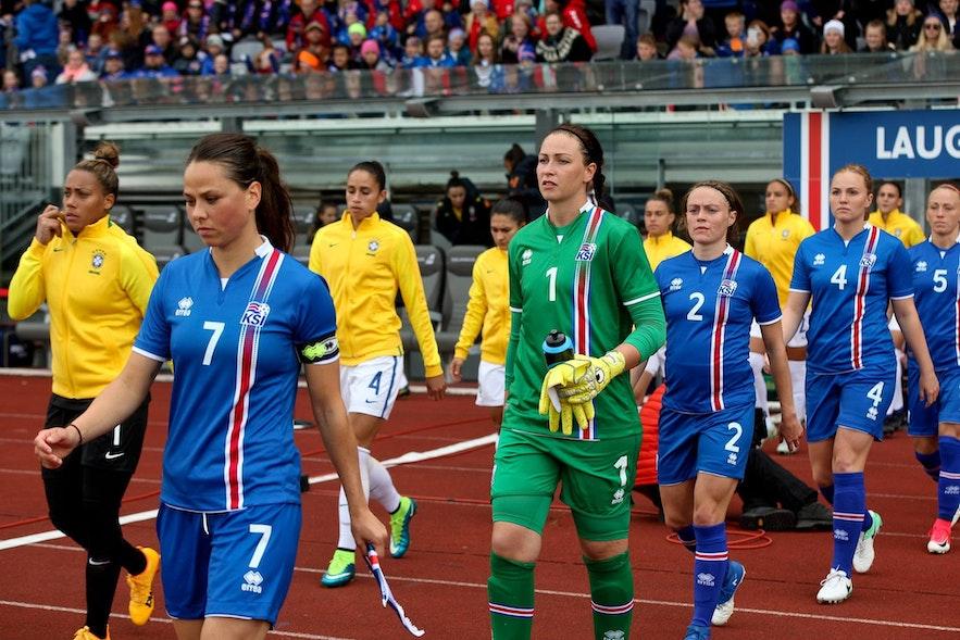 Die isländische Frauenfußballnationalmannschaft bereitet sich auf ein Spiel vor.
