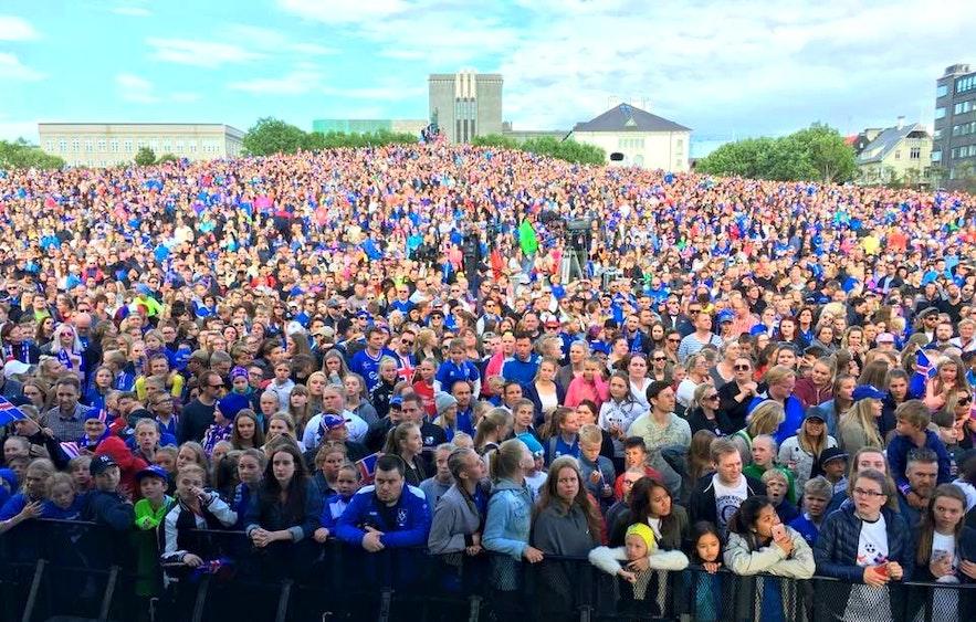 27. Juni 2016: Eine leidenschaftliche Menge von Fußballfans versammelt sich am Arnarhóll, um das Spiel England gegen Island zu verfolgen.