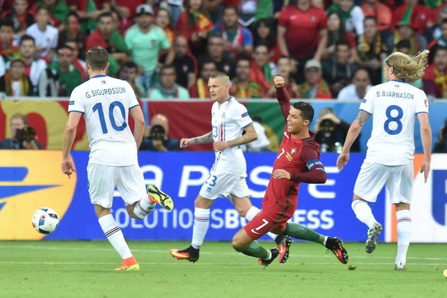"""Ein schönes Beispiel für den 'Ronaldo-Fall'. Lagerback sagte später darüber: """"Portugal hat mit Ronaldo einen der besten Spieler der Welt, aber er ist auch ein ausgezeichneter Schauspieler. Im Finale der Champions League gegen Atletico sahen wir eine weitere Vorstellung von jemandem, der aus Hollywood sein könnte. Das gefällt mir nicht. Ich fände es gut, wenn man sich die Videos ansehen könnte, um so etwas im Nachhinein zu bestrafen."""""""