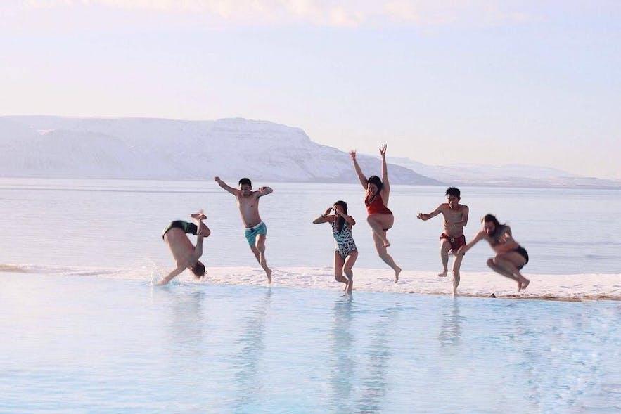 Das Schwimmbecken in Hofsos in Nordisland bietet einen atemberaubenden Blick.
