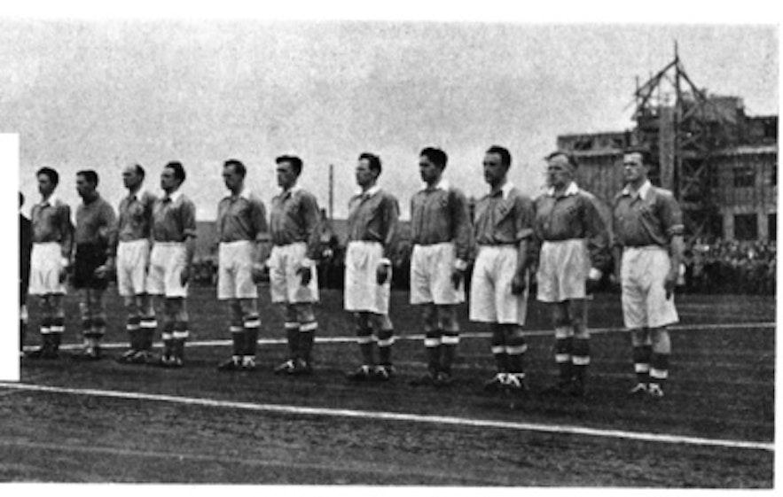 Ein altes Mannschaftsfoto: Albert Guðmundsson steht ganz links.