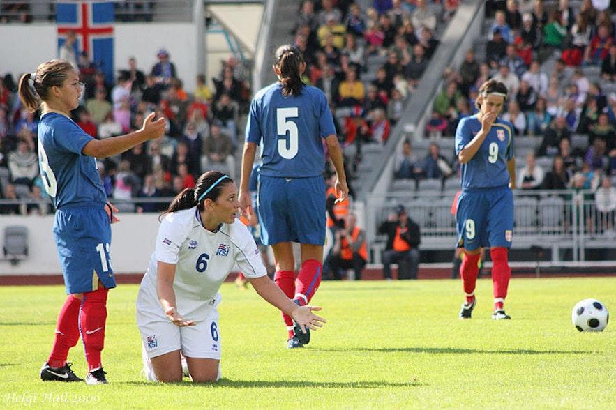 Das Interesse am Frauenfußball nimmt weltweit zu. Island ist ein Beispiel für ein Land, dessen ganze Unterstützung seinen sportlichen Meistern gilt - sowohl  den Frauen als auch den Männern.
