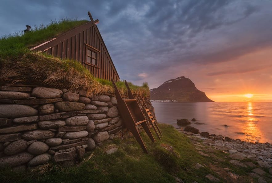 Dom z trawą na dachu obok wybrzeża