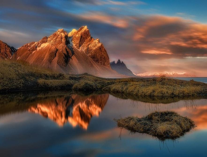 De berg Vestrahorn ligt in Oost-IJsland