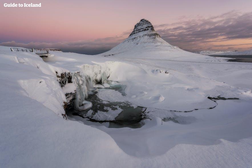 Vinterudsigt over Kirkjufell-bjerget i Vestisland