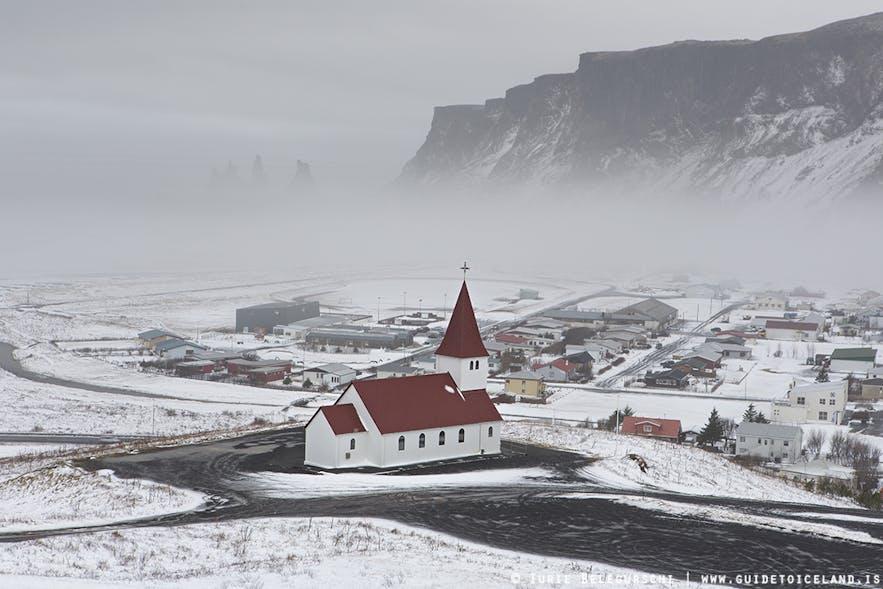 Paysage hivernal au village de Vik dans le sud de l'Islande