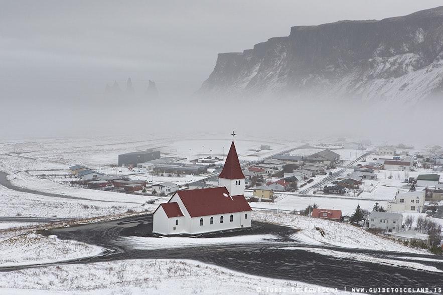 Зимний пейзаж в районе деревни Вик на юге Исландии.