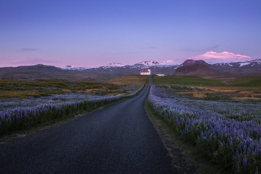Вид на вулкан Снайфедльсйёкюдль на западе Исландии издалека.
