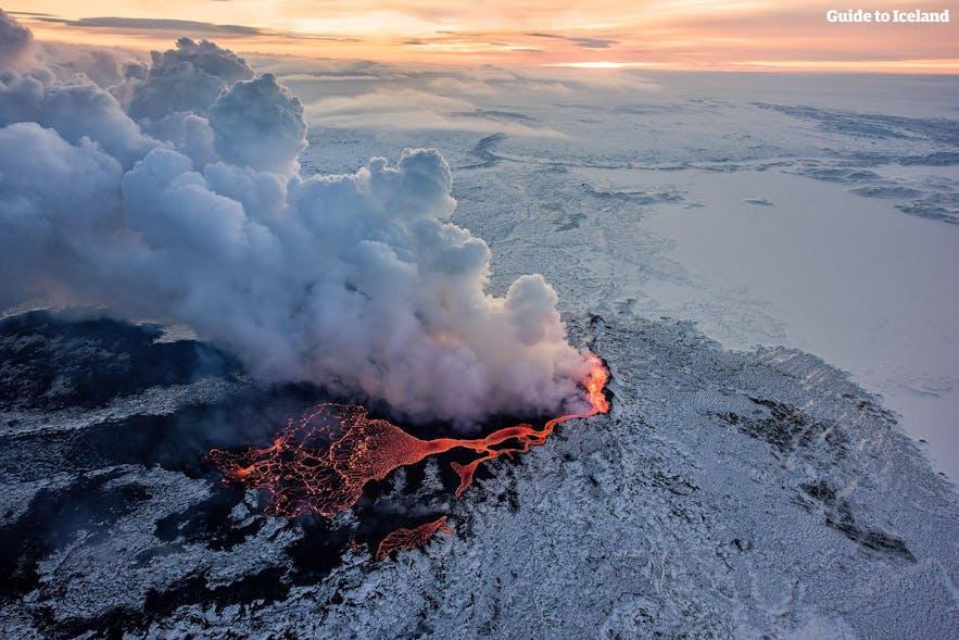 Извержение вулкана Холюхрейн в Исландии.