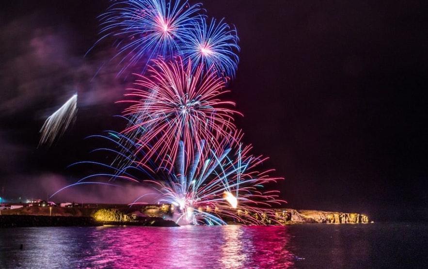 Feu d'artifice lors de la nuit des lumières en Islande
