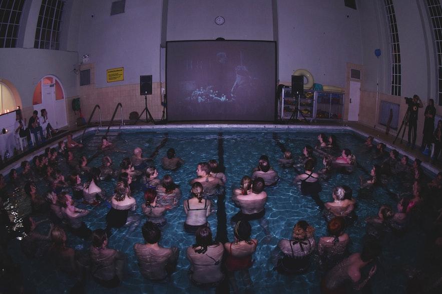Oglądanie filmu w basenie