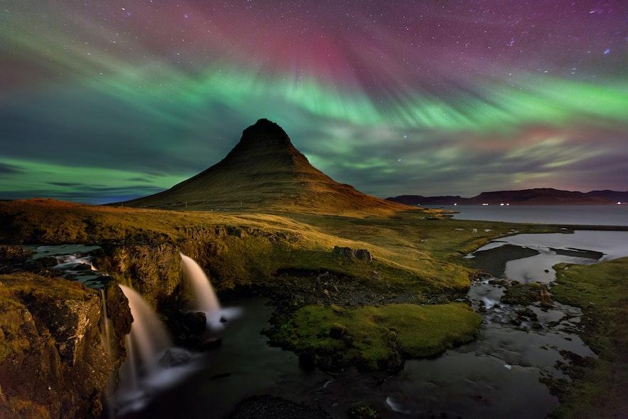 スナイフェルスネス半島にあるキルキュフェットルの山と紫色、緑色のオーロラ