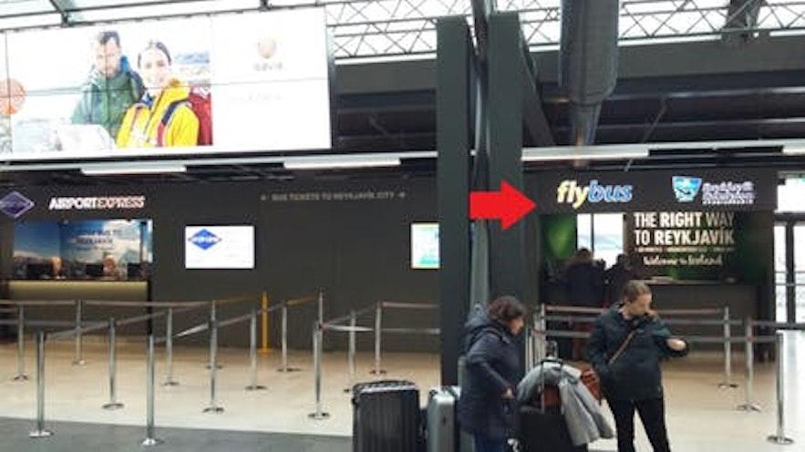 冰岛国际机场到达大厅的机场大巴柜台示意图