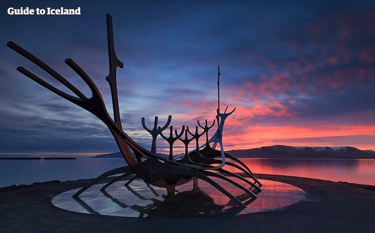 太陽へと漕ぎ出す船をイメージした彫刻も、レイキャビクの散策中に訪れたいスポット