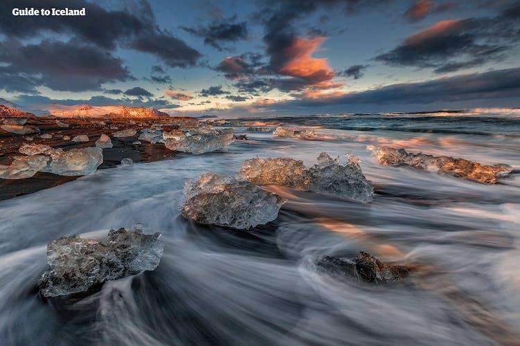 Fotografen werden den Effekt lieben, wenn der Meeresschaum die am Diamantstrand im Südosten Islands angespülten Eisberge umspült.