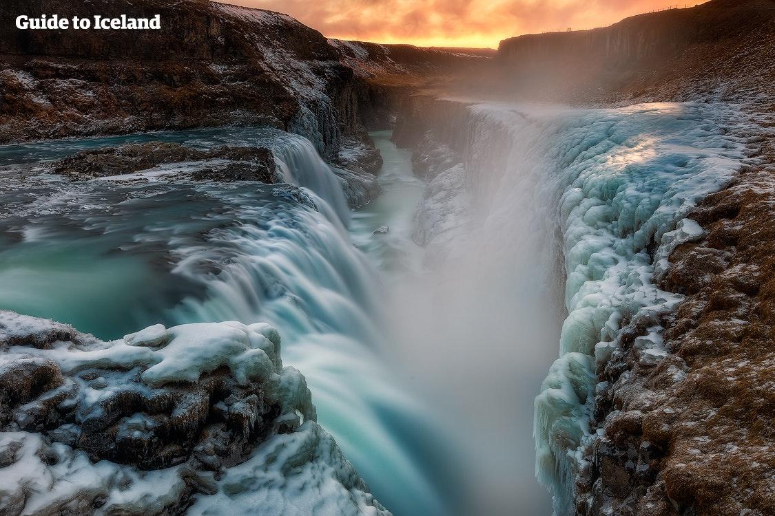 Zobacz Gullfoss, najbardziej charakterystyczny wodospad Islandii, pośród zamarzniętego krajobrazu.
