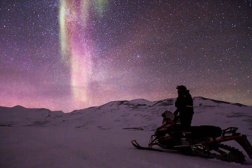 Oglądanie zorzy polarnej na Islandii w trakcie wycieczki skuterami śnieżnymi