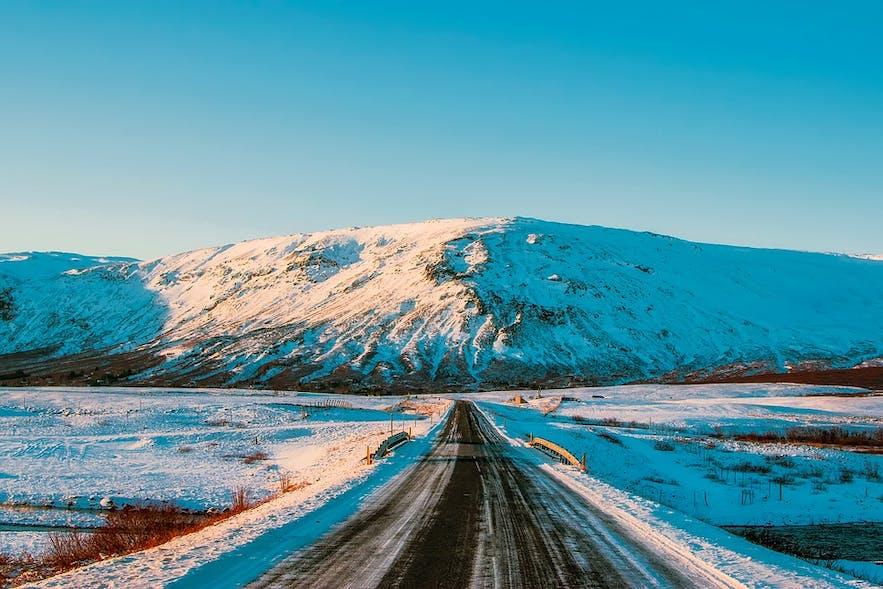 아이슬란드의 산악지대 도로 중 다수는 자갈로 포장되어 있어 겨울철에는 도로 자체를 폐쇄합니다.