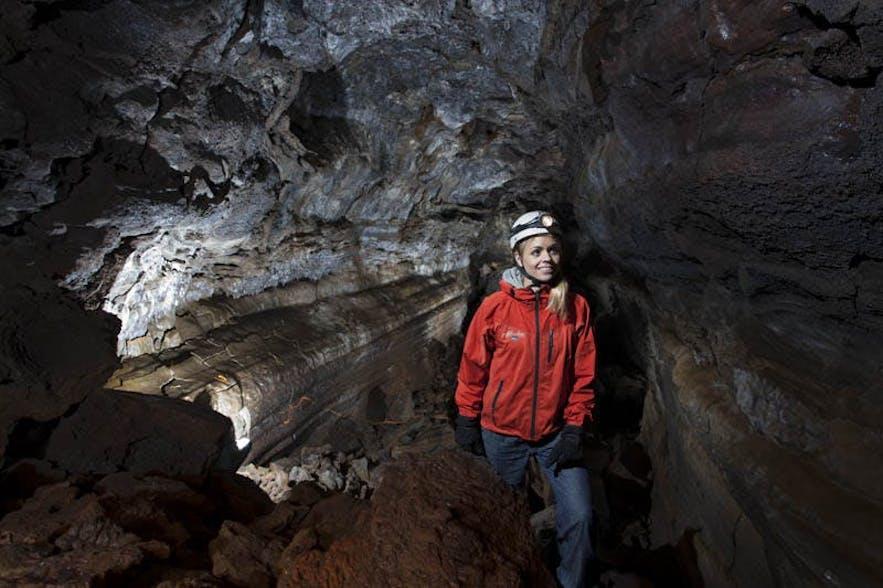 용암 동굴 투어를 통해 아이슬란드의 지질학적 특징과 역사에 대해 배울 수 있습니다.