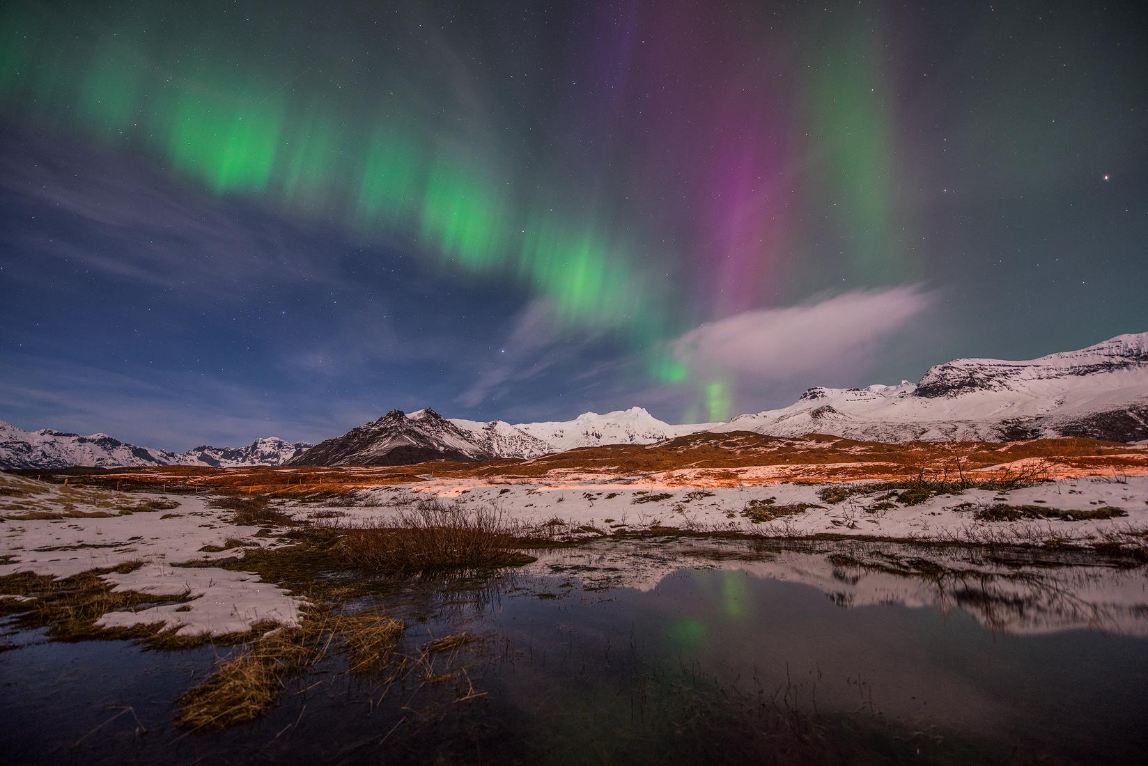 De besneeuwde landschappen van IJsland in de winter vormen in combinatie met het noorderlicht een sprookjesachtig ijslandschap.