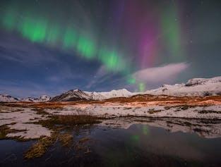Islands snölandskap på vintern bildar en magisk miljö där man kan förundras över norrskenet.