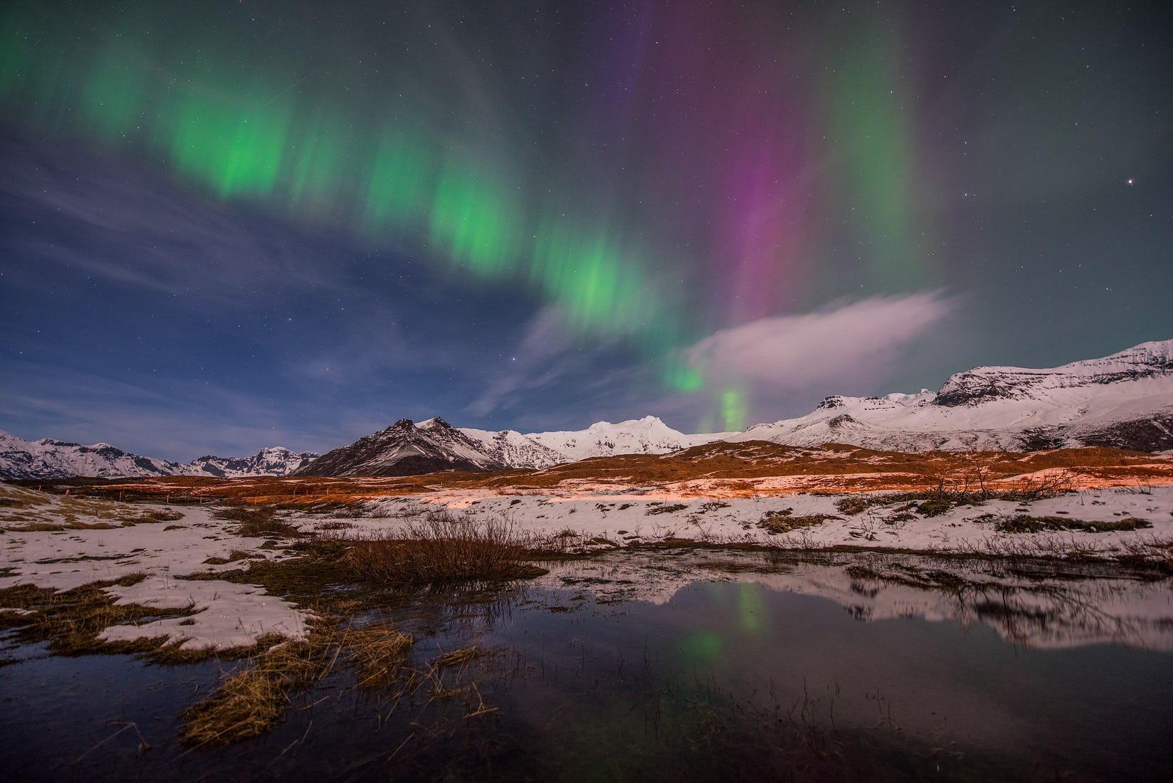 Islands verschneite Landschaften im Winter schaffen ein eisiges Wunderland, über dem man die Aurora Borealis bewundern kann.