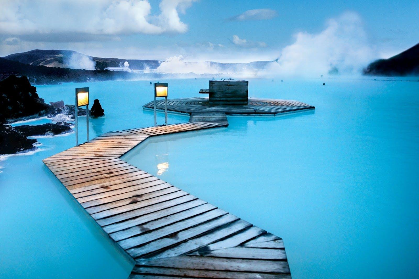 Commencez votre aventure en Islande avec un bain relaxant dans le spa géothermal Blue Lagoon.