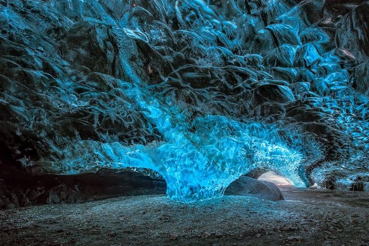Las cuevas de hielo de los glaciares en la Costa Sur de Islandia se encuentran entre las características naturales más impresionantes del país.