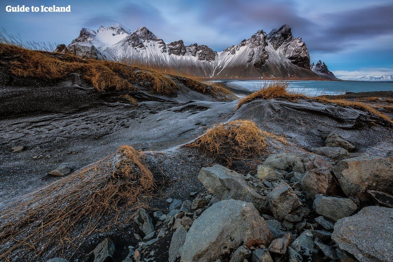 Als deze berg in de winter bedekt is met sneeuw en ijs, is de machtige Vestrahorn helemaal adembenemend om te zien.