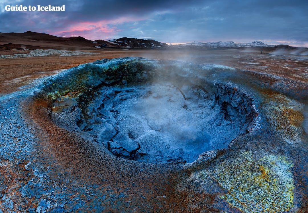 Visitez la région géothermique de Námaskarð au bord du lac Mývatn et découvrez des marmites de boue bouillonnante, des évents pour la vapeur, des sources chaudes et des fumerolles.