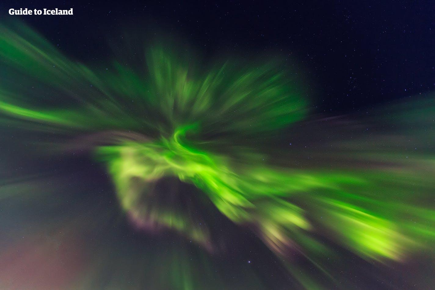 灿烂的北极光在冰岛夜空中舞动,如梦似幻