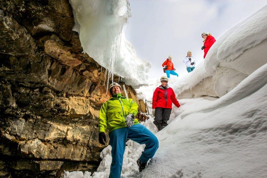 Der Eingang zur Lofthellir-Höhle ist mit Schnee bedeckt