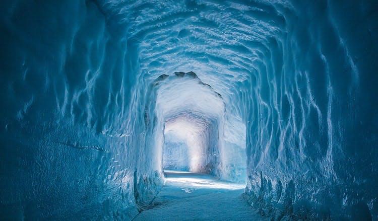 おとぎ話の世界のような不思議な雰囲気が漂うラングヨークトル氷河のトンネル