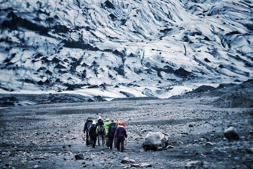 빙하 하이킹 투어 그룹이 거대하고 아름다운 빙하를 올라갈 준비를 하고 있습니다.