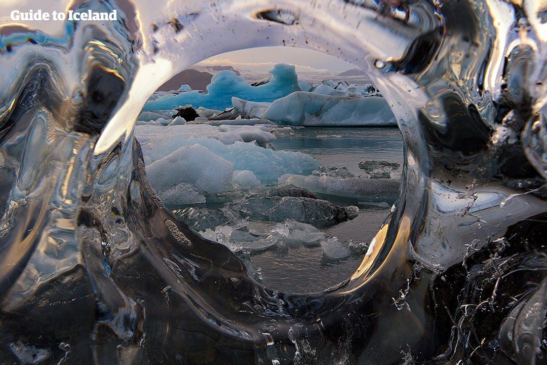 Te wyjątkowe góry lodowe w lagunie lodowcowej Jökulsárlón pokazują intensywność błękitów, które można znaleźć w wielu jaskiniach lodowych na Islandii.