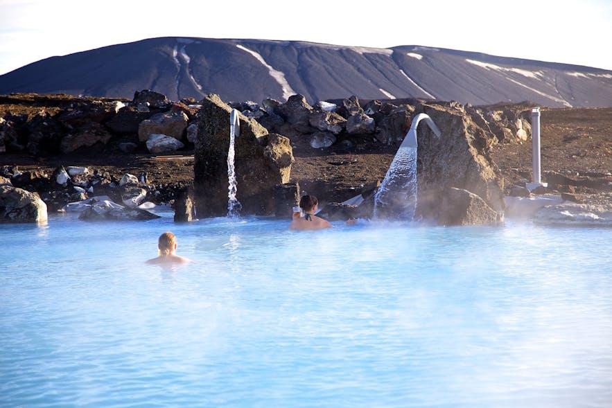 아이슬란드에는 겨울철에도 수영할 수 있는 다양한 온천수 수영장들이 있습니다.