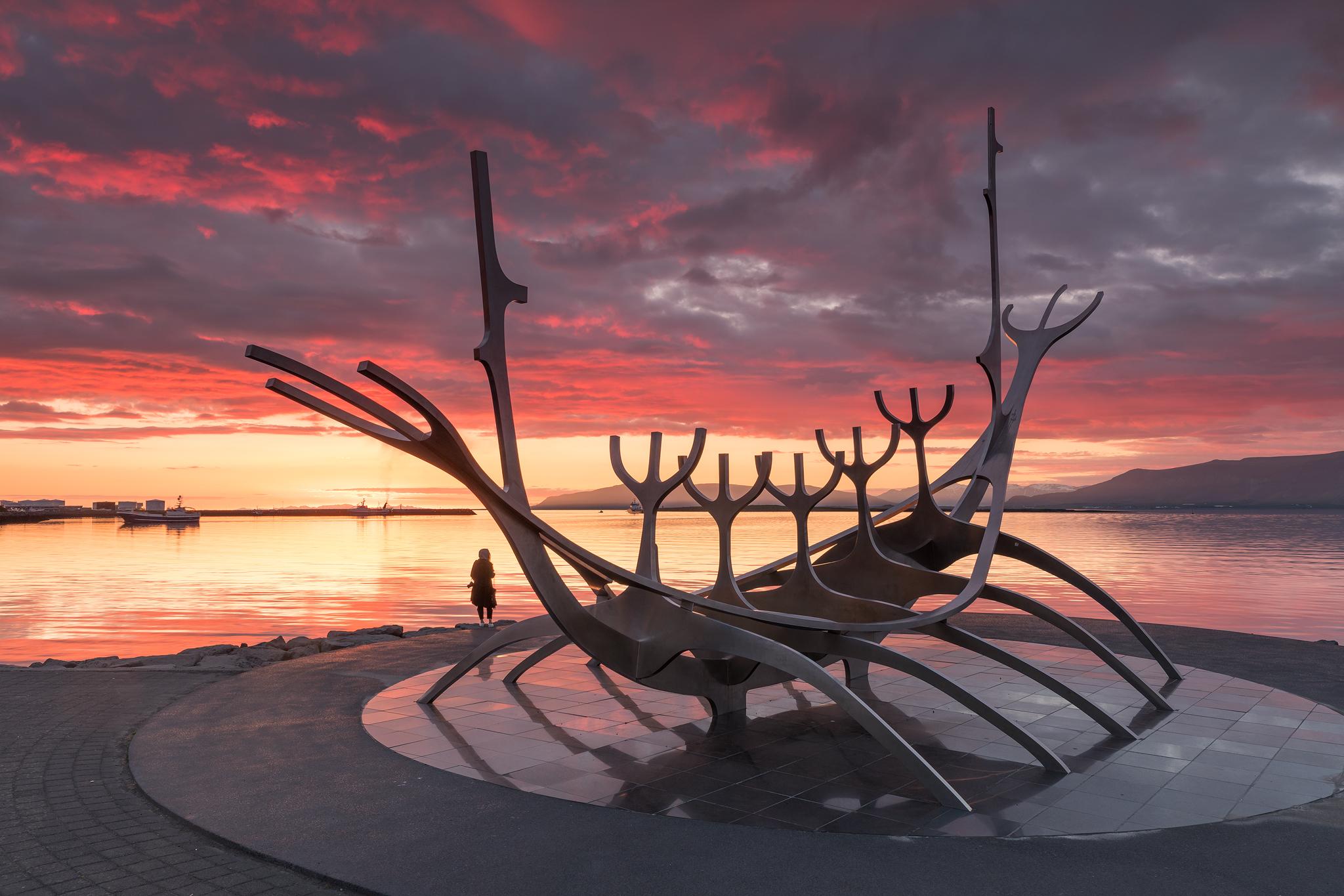 """雷克雅未克的""""太阳航海者""""雕塑于1990年8月18日正式落成"""