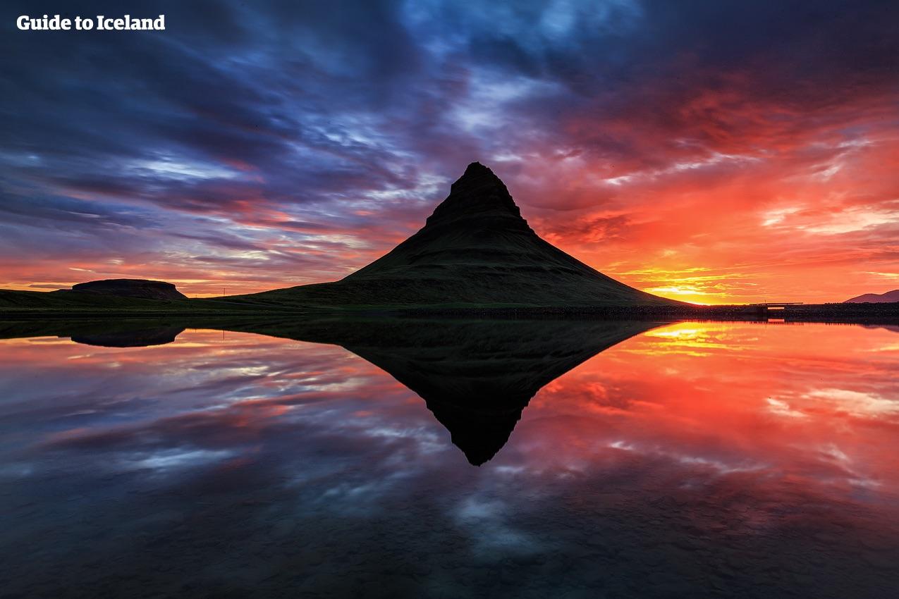 Kirkjufellberget har en dramatisk och ovanlig topp som är en favorit bland fotograferna.