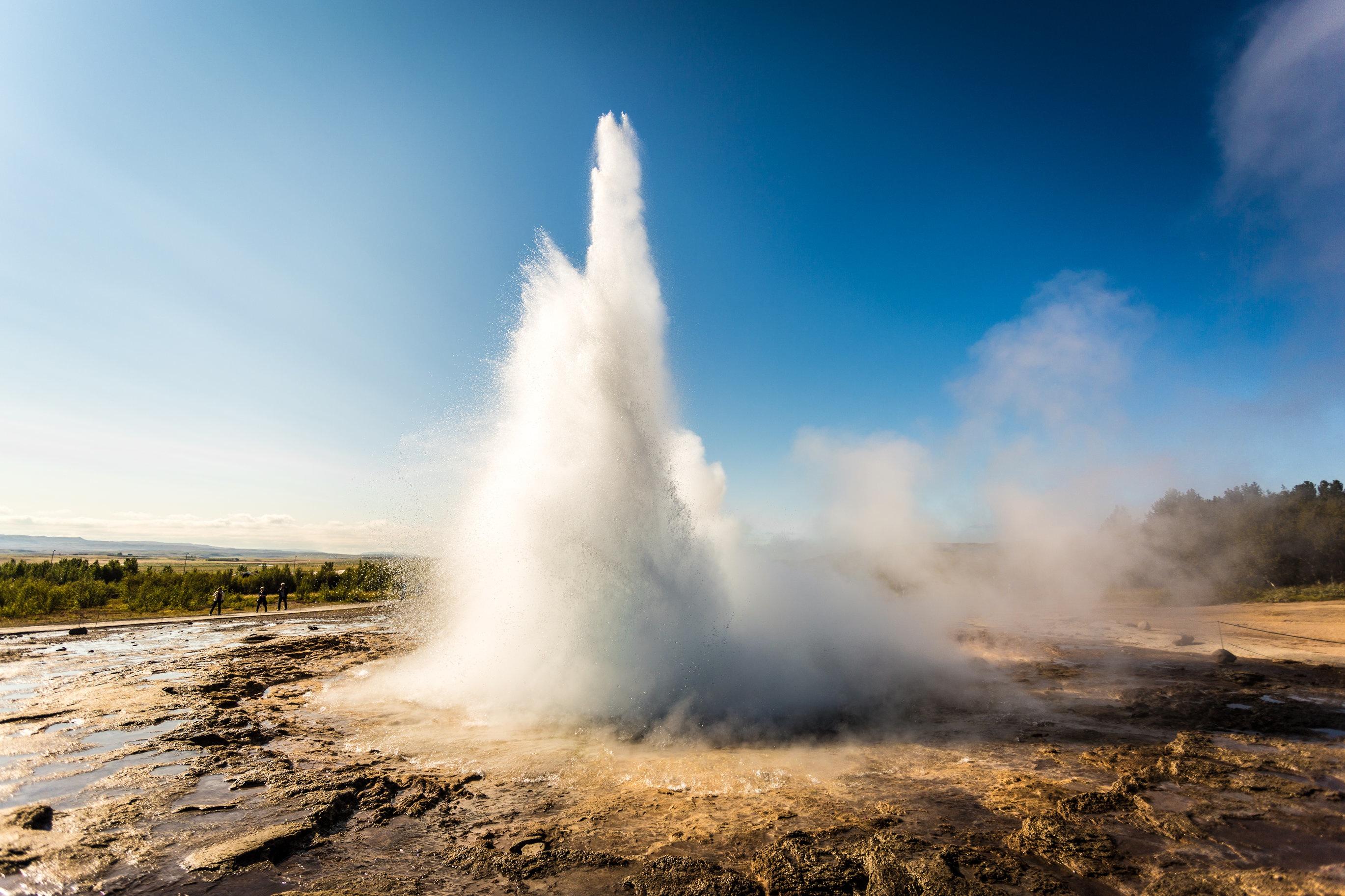 Gejsern Strokkur får utbrott med 5–10 minuters mellanrum och skjuter ut en vattenpelare som kan överstiga 40 meters höjd.