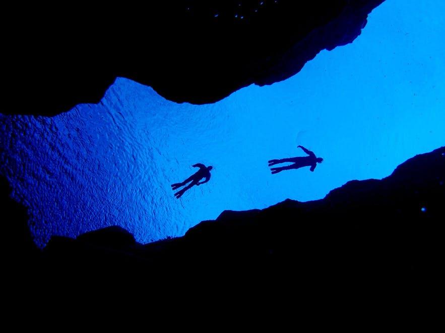 从下往上仰望丝浮拉裂缝的美丽湖水