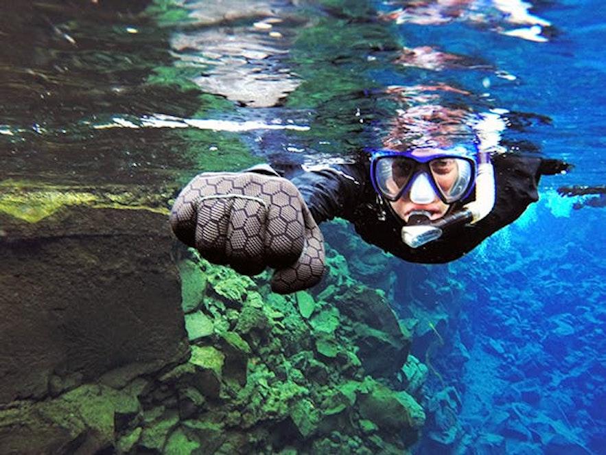 在丝浮拉大裂缝中体验干衣浮潜是冰岛最受欢迎的旅行活动