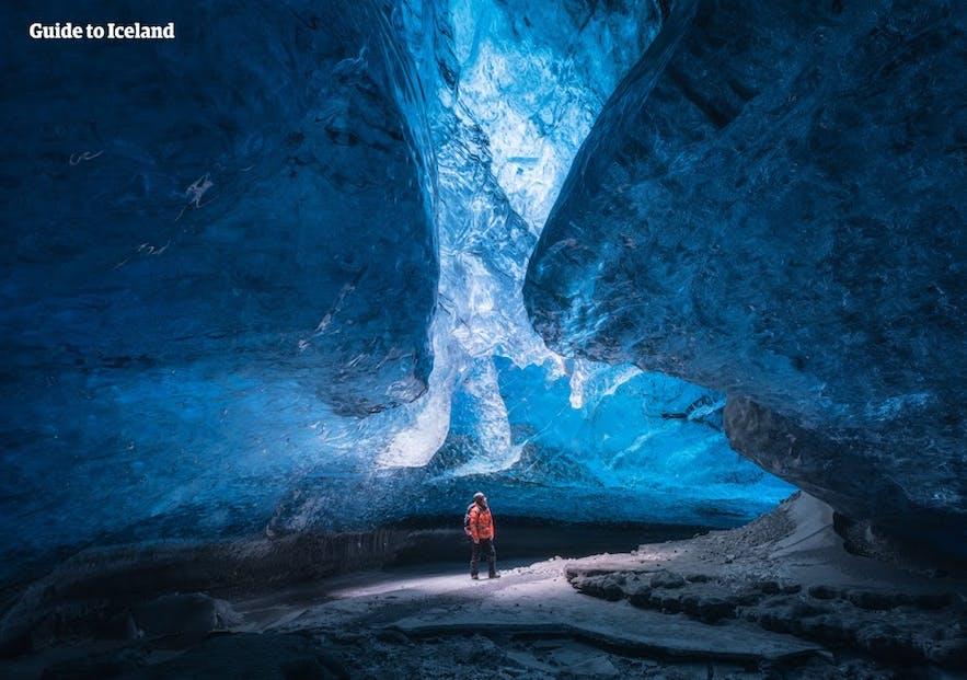 La grande et magnifique grotte de cristal dans le sud-est de l'Islande