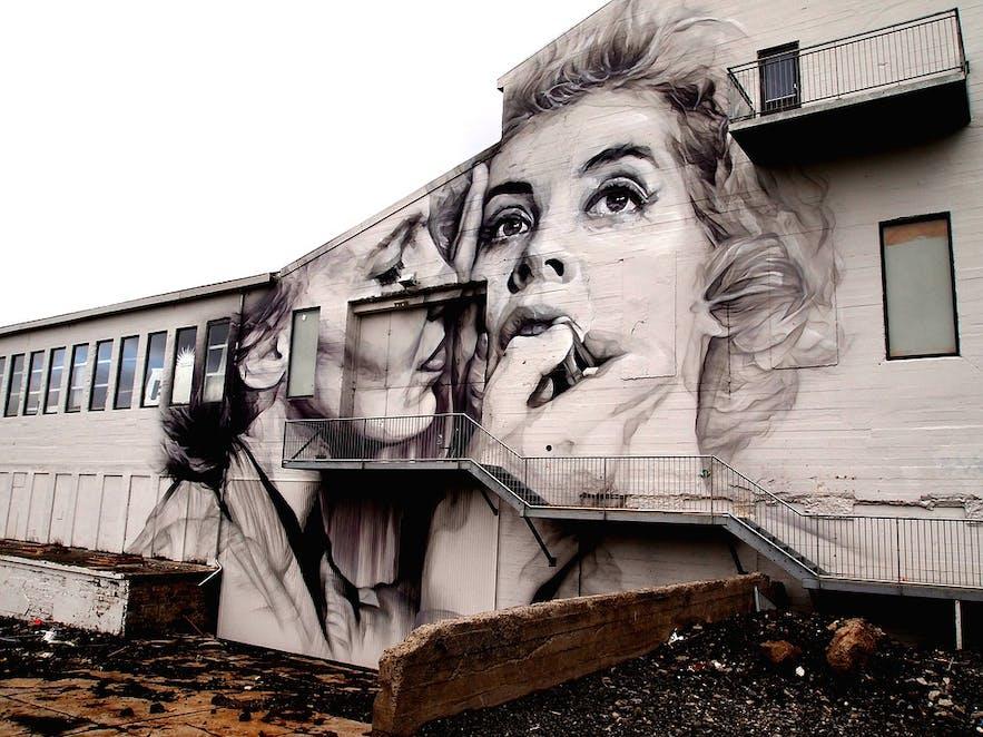 一副关于愉快与悲伤强烈对比的冰岛首都壁画作品