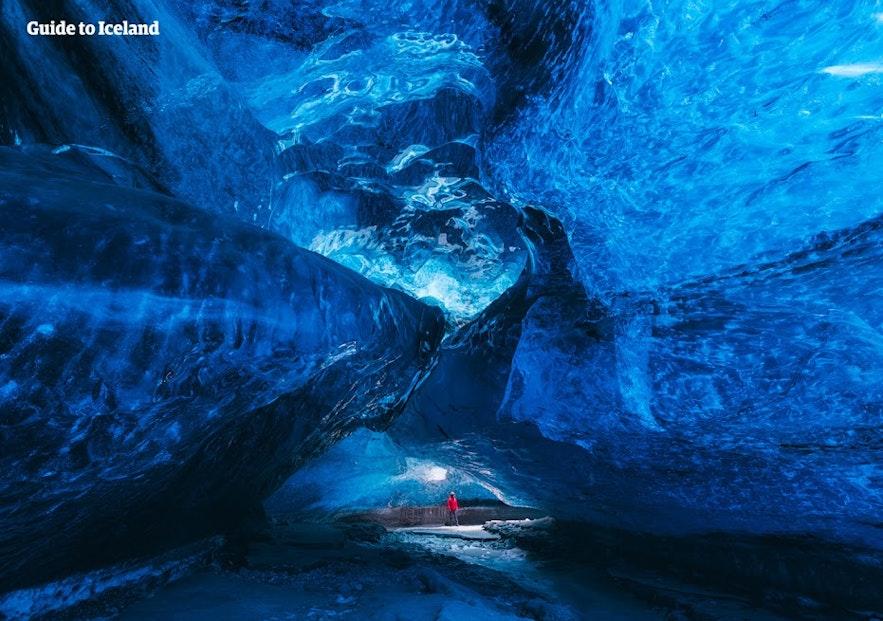 Vue de l'intérieur d'une grotte de glace aux couleurs bleues en Islande