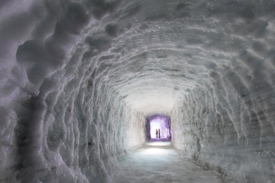 Tunnel de glace construit par l'homme sous le glacier Langjökull